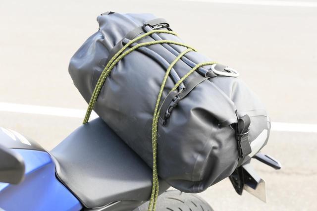 画像2: CB250Rにストレッチコードを使ってバッグを積載