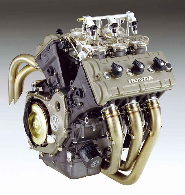 画像: 前3/後ろ2のV型5気筒エンジンは、前後シリンダー間の挟み角を75.5度とすることで、前側中央気筒が発する慣性力が、残り4気筒の釣り合い差分として残る慣性力を打ち消す(バランサーとして作用する)という巧みなレイアウト。前輪分布荷重を稼ぎ、マスの集中を図るうえでも好適な形態のエンジンだった。