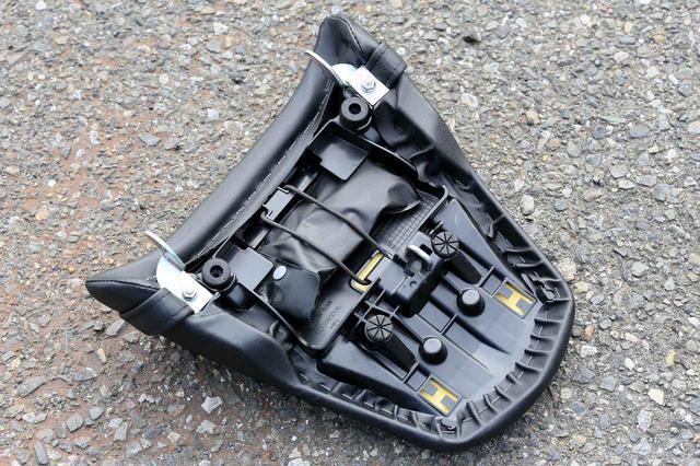 画像: シートの裏側には工具が備わっていますが、パッキング用のベルト等はない様子。