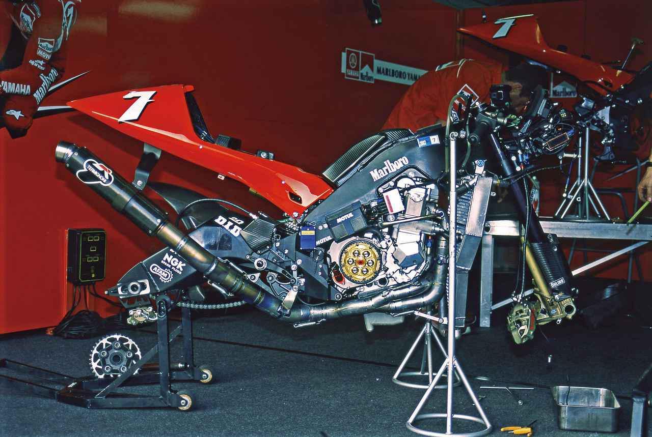 画像3: YZR500ベースのフレームにコンパクトな直4エンジンを搭載