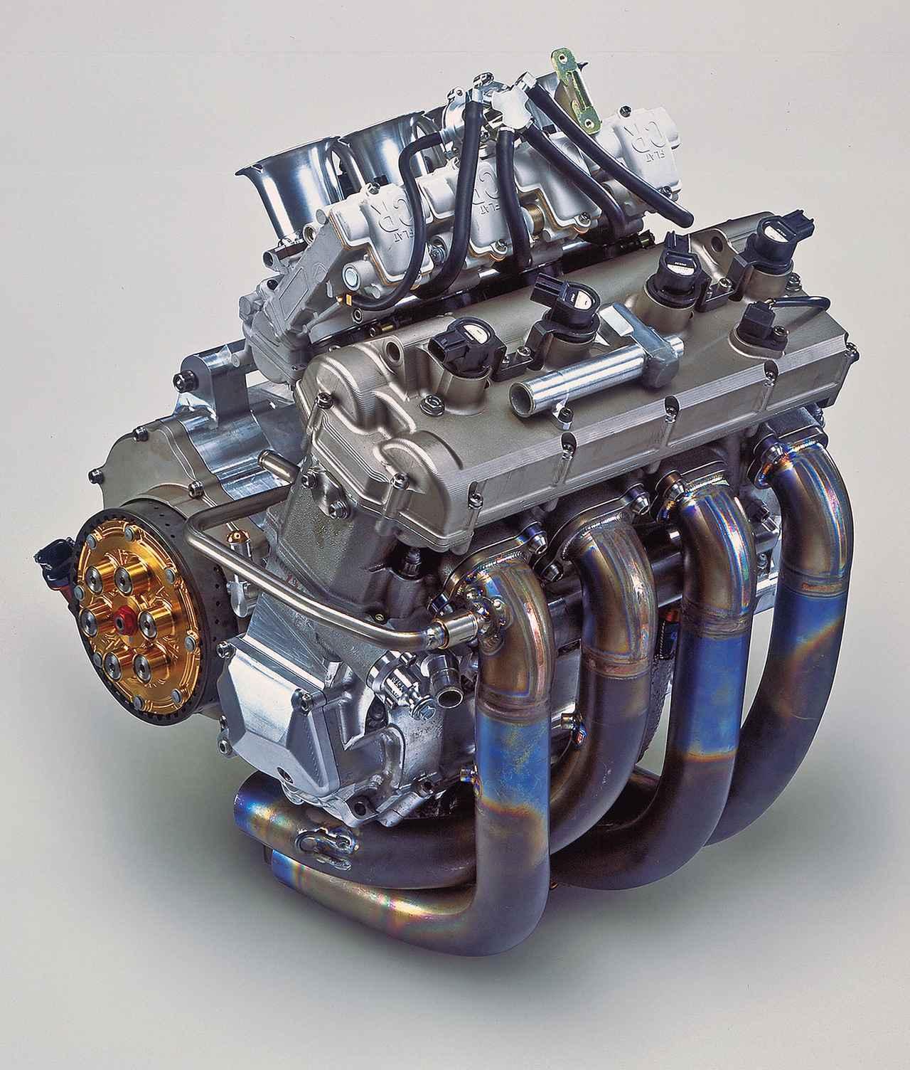画像: 良好な操安性を誇った同社の2サイクル500㏄マシーンYZR500の車体をベースに、そのフレームに搭載できることを最優先して造られた並列4気筒エンジン。最初期型は排気量が942㏄、吸入方式が電子制御キャブレター、カムシャフト駆動にチェーンを用いるなど、性能目標を低めに設定しているのが特異だった。