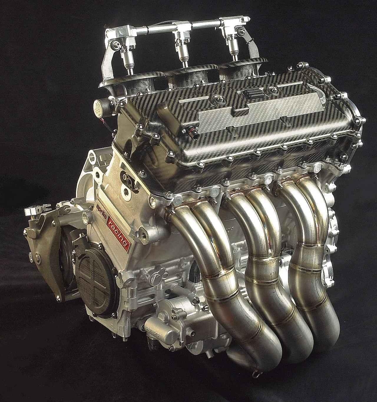 画像: 気筒数が少ないほど最低重量が低くなるレギュレーションを生かし、3気筒エンジンを採用して軽量小型なマシーンを狙ったのがアプリリアだ。コスワースが開発した並列3気筒エンジンは、いち早くニューマチックバルブスプリング(現在はモトGPマシーン全車が採用する)を搭載し、先見の明があったといえよう。