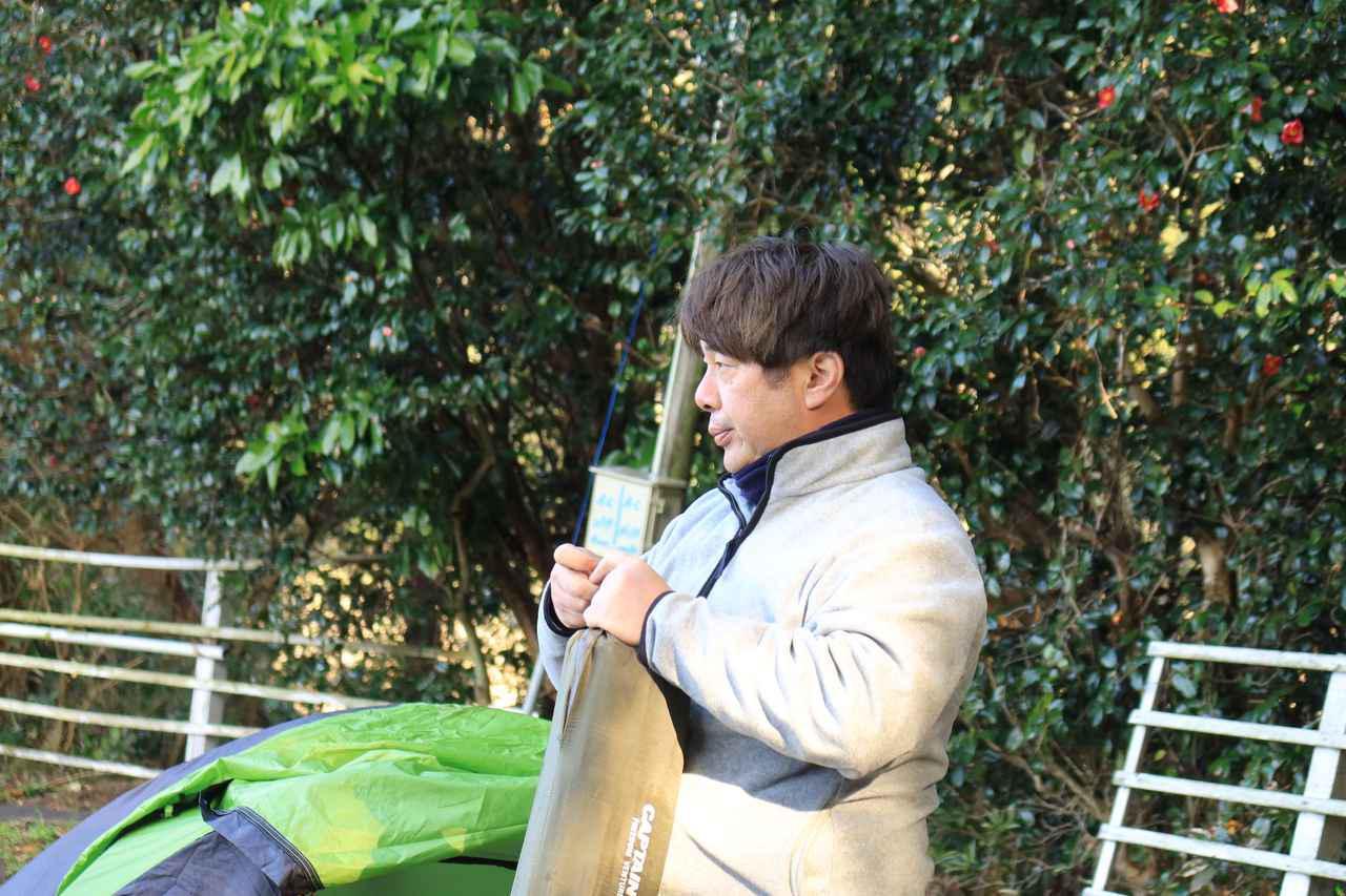 画像: 寒くなってきて渋い顔をする月刊オートバイ副編集長・松本先輩。 F2.8/1/80秒/ISO800
