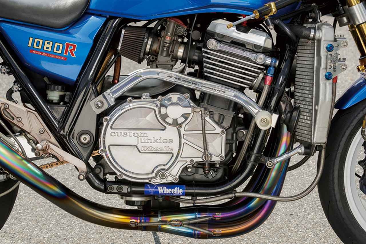 画像: 現在搭載する3基目のエンジンでは、コスワースφ77mmピストンで[純正排気量:1052→]1080cc化、ZZR1100D用バルブ゙スプリングやヨシムラカム、ビート製クロスミッションなどが組み込まれる。ビレットのエンジンカバー類やオイルバイパスラインキットはウイリー製を装着。