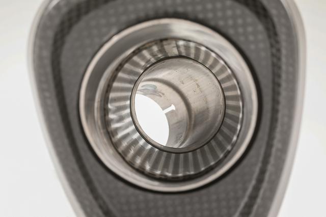 画像: サイレンサー内部は排気効率の良い「ストレート構造」を採用。サウンドと音量も高度にバランスさせ、JMCA基準をクリアしている。