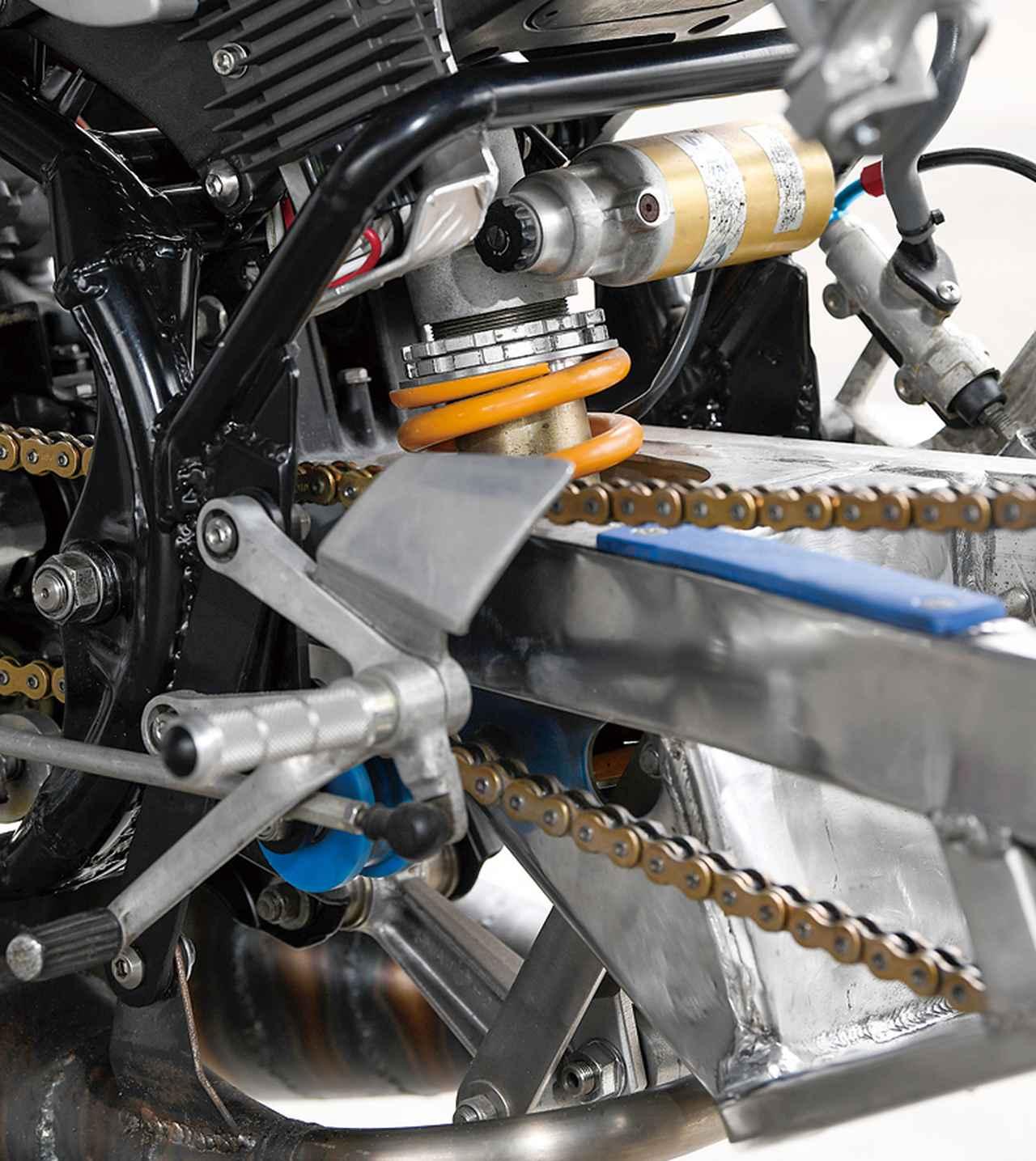 画像: 角型ロングのスイングアームはTZR250(3MA)加工でリヤサスはアプリリアRS1000だ、ホイールはH-Dファットボブ用の8.00-18サイズを装着している。
