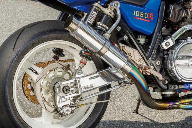 画像: スイングアームはウイリーでリヤサスはスクーデリアオクムラ特注仕様のペンスキー。ロッドへのチタンコートや内部変更等も行われている。ステップはビート、排気系はオオニシヒートマジックチタンで、角度は上過ぎず下過ぎずな位置に調整したという。リヤタイヤはスズカサーキットでの走行に対応するため、60扁平を履く。