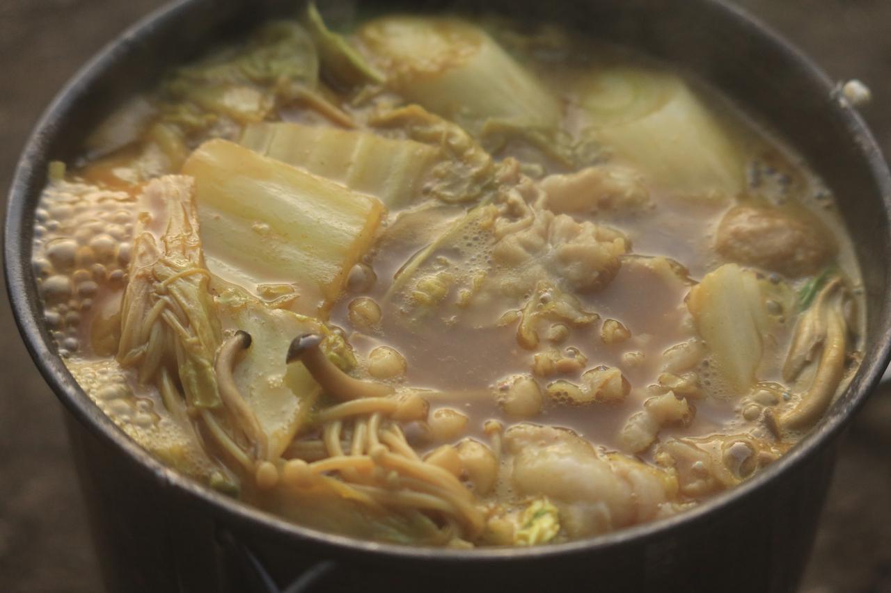 画像: キャンプの夕方、カレー鍋をパチリ。美味しそうにあんまり見えないのは料理人のせいです。 F2.8/1/60秒/ISO800