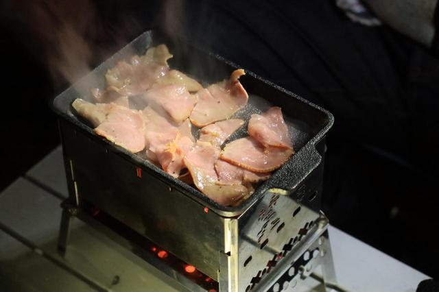 画像: 夜中に松本先輩が焼いたタン塩。ISO感度2500でもけっこうイケます。 F2.8/1/20秒/ISO2500