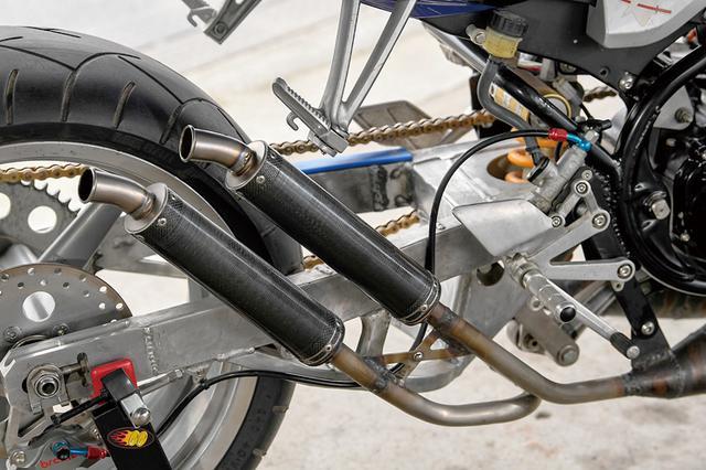 画像: 右2本出しの排気チャンバーはjha製の寸法を元にして、chibaacさん自身が輪切りピースから起こして自作したというレプリカ。