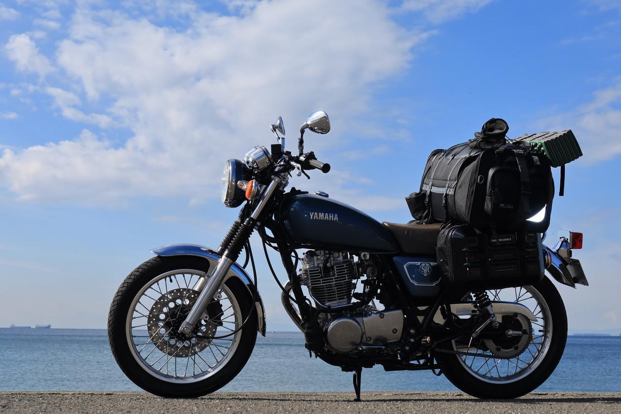 画像: 内蔵ストロボを使って日中シンクロにチャレンジ。シートバッグのリフレクターは光っていますが、さすがにバイクがくっきり見えるという風には撮れませんでした。 F4/1/1000秒/ISO400