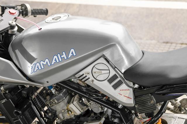 画像: オリジナルでSUZUKIと入る部分にはそれに似せた形でYAMAHAの文字を配する。タンクキャップはTWM製で周部はくり抜かれている。