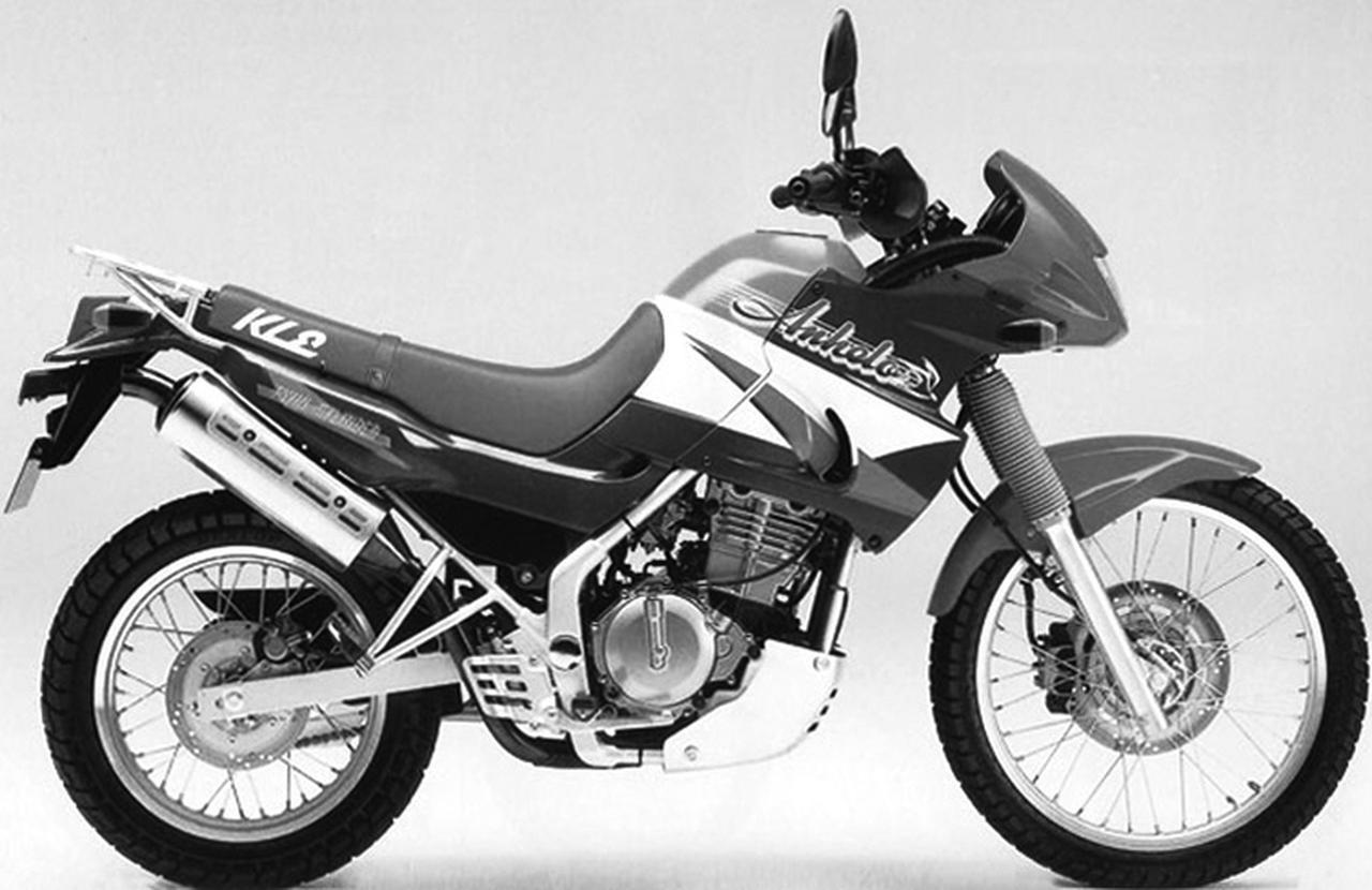 画像: カワサキ KLE250アネーロ (1993年3月) ヨーロッパで静かなブームを巻き起こしていたアルプスローダーは、やがて高速走行を意識した一体のボディカウルを身にまとい、現在のアドベンチャーへと発展して行く。KLE250アネーロを現行のヴェルシスX250と比較してみると、興味深いことが満載である。 ●エンジン形式:水冷4ストDOHC4バルブ並列2気筒 ●総排気量:248㏄ ●ボア×ストローク:62.0×41.2㎜ ●圧縮比:12.4 ●最高出力:35PS/11000rpm ●最大トルク:2.4㎏-m/10000rpm ●全長×全幅×全高:2150×825×1165㎜ ●ホイールベース:1445㎜ ●乾燥重量:146㎏ ●燃料タンク容量:12.0ℓ ●タイヤサイズ(前・後):3.00-21・120/80-17 ■当時の価格:44万9000円