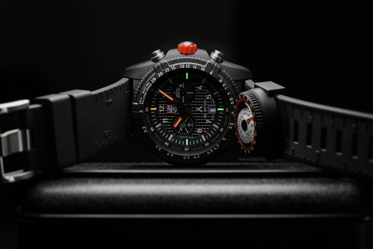 画像: 自己発光システム「ルミノックス・ライト テクノロジー」は、3・6・9時に緑色、12時と短針・長針にオレンジ色を採用。