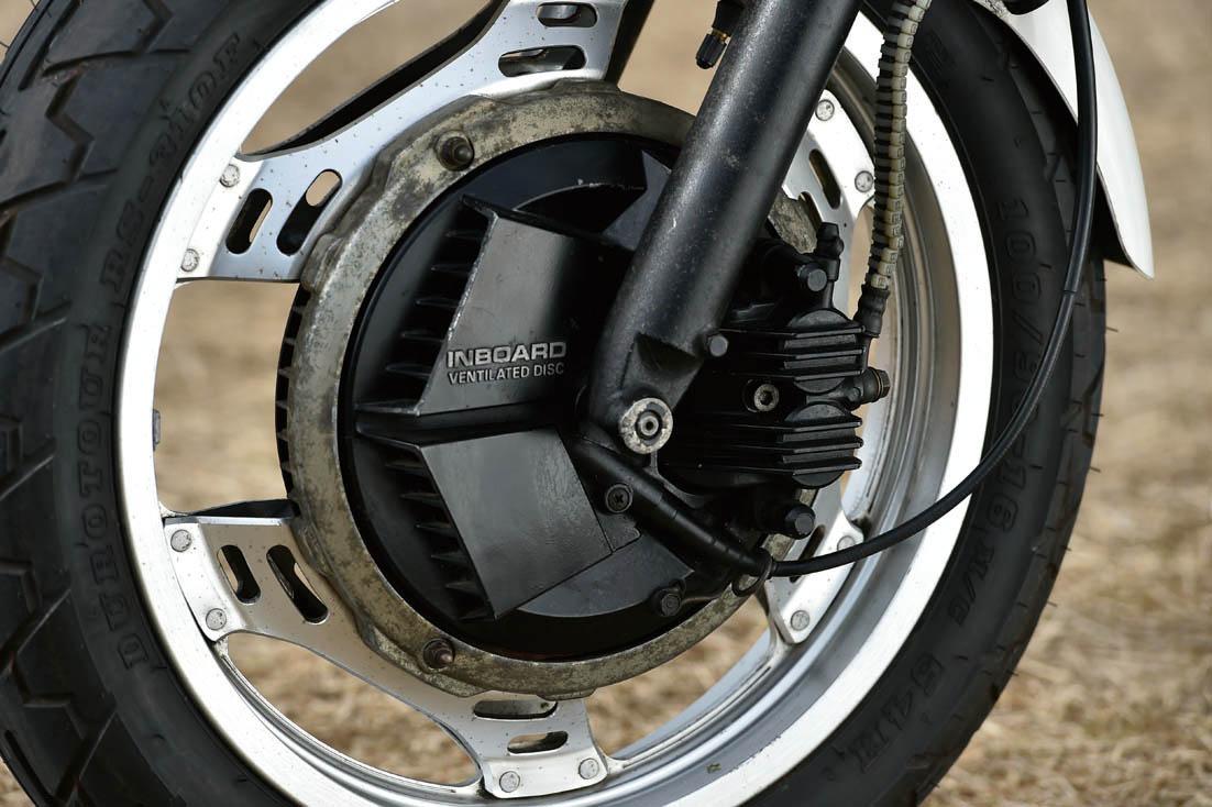 画像: 鋳鉄ベンチーレーテッドディスクと外側から見えるピンスライドの2ポッドキャリパーを組み合わせた正式名称=インボード・ベンチレーテッドディスク・ブレーキ。前のアルミコムスターのリムは2.15-16。アンチダイブは付かず。