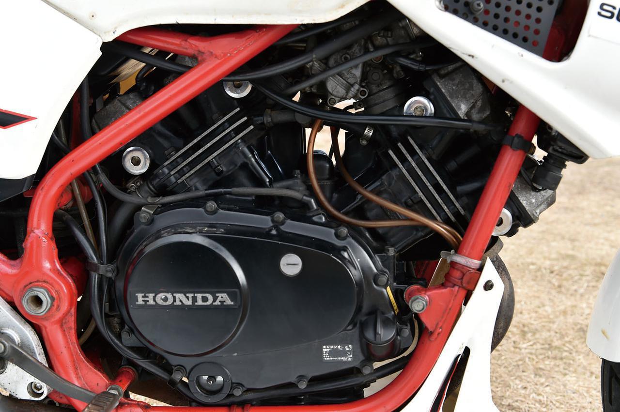 画像: 当時としては驚きの250ccだけの新設計エンジン。前後でクランクを共有する水冷DOHC8バルブ90°Vツインの幅は単気筒並。