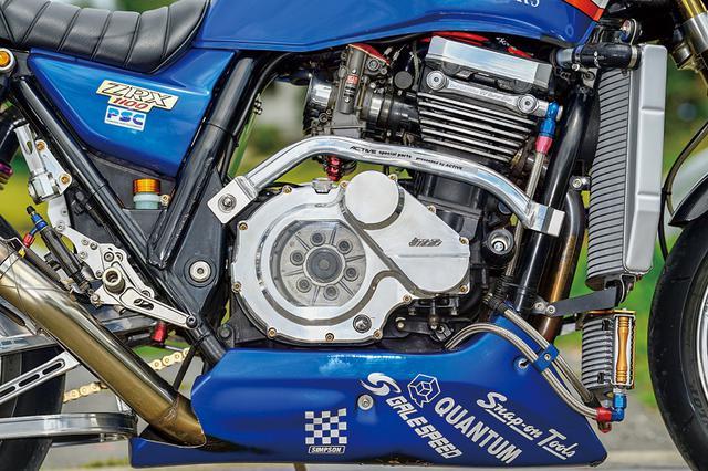 画像: エンジンサイドにはアクティブ製サブフレームやジュラコンスライダーを装着。スプロケットカバーはケイファクトリー製だ。エンジンサイドはGSG製スケルトンクラッチカバーやウイリー製オイルバイパスキット、ヘッドカバー、左側カバー、クラッチレリーズなどが装着されている。