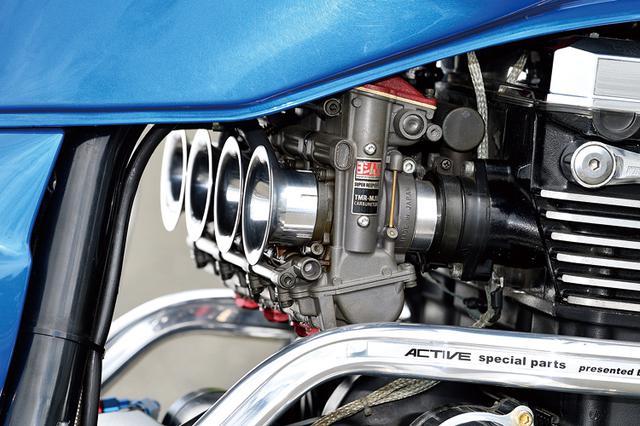 画像: キャブレターはヨシムラTMRφ38mm-MJNでコックはピンゲルに換装済み。排気系はツキギレーシングエキパイ+オク産サイレンサーだ。