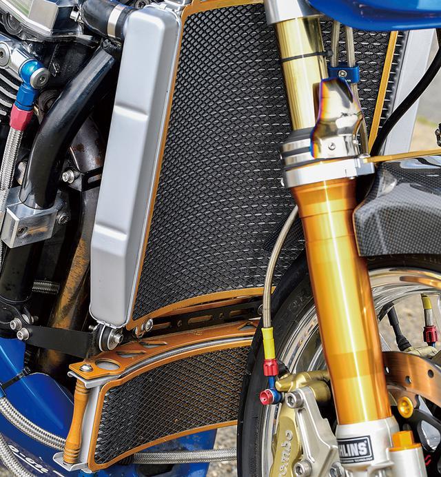 画像: 冷却系は縦置き配列。ビッグラジエーター/オイルクーラーともアクティブ製品を装着した。点火系はウオタニSP2ユニットを使っている。