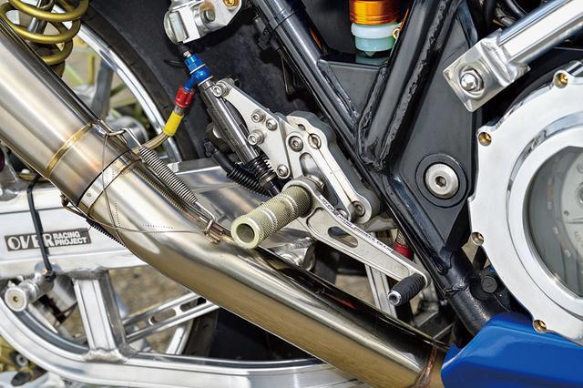 画像: ステップキットはOVERでゲイルスピード製リヤマスターと組み合わせる。。タンデムステップはSSKのアルミ削り出し品に変わっている。