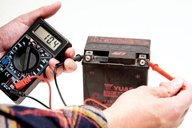 画像: 8年使った純正バッテリーの電圧を測ってみると10.4Vまで下がっておりました…。