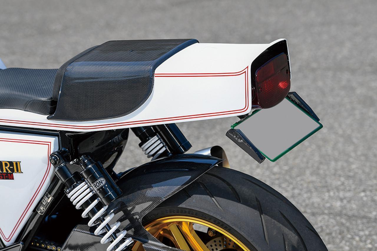 画像: シングルシートカウルはブルドックオリジナルのFRP製。ウインカーはナンバーステー左右にマウントされるスタイルのアクティブ製を装着。