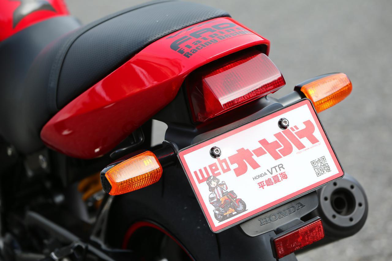 画像: 余談ですが、VTRには「オートバイ女子部オリジナルナンバープレート」も装着。