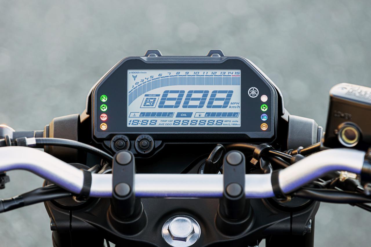 画像: コンパクトな液晶メーターには、バーグラフタイプのタコメーターに加え、平均燃費、水温、ギアポジションなどが表示される。