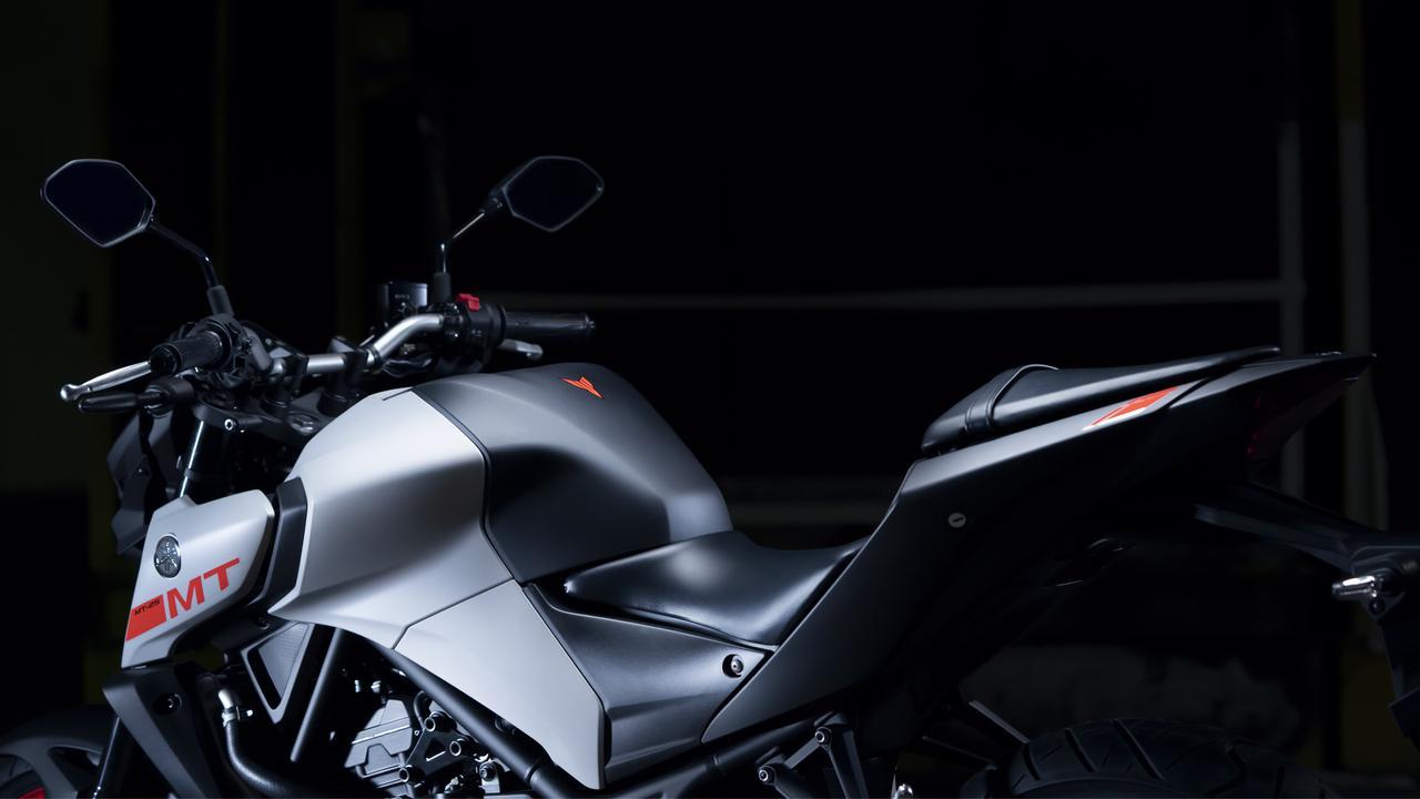 画像: 燃料タンクのカバーは左右幅を51mm拡大し、ビッグバイクのようなイメージに仕上がっている。