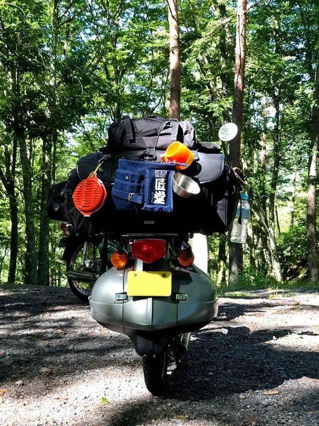 画像: IGAYA「キャンプツーリングシートバッグ」に、マンフロットのメッセンジャーをオン。さらに財布&携帯入れの腰袋と蚊やり、コップ、水なんかもぶらさげてみた。すごくいいよこれ。