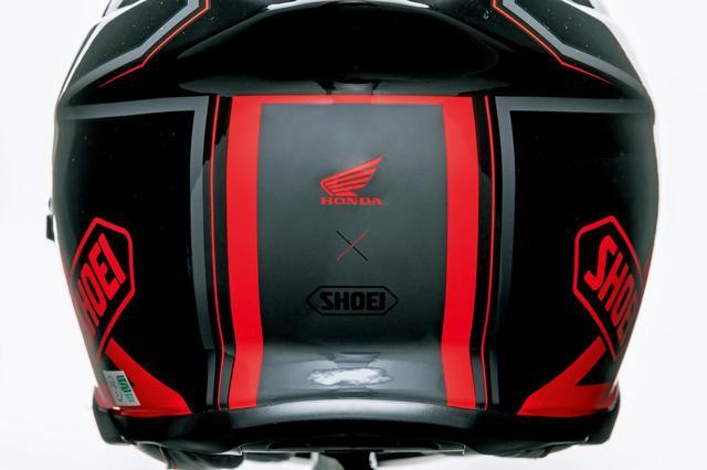 画像: 背面にはホンダのウイングマークとSHOEIのロゴが。コラボを示す×印がしゃれていますね。