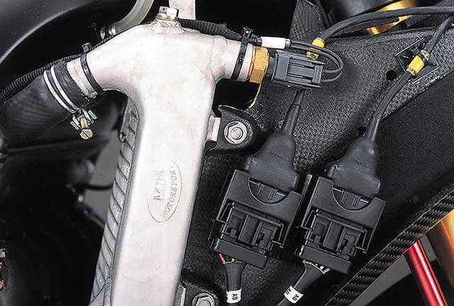 画像: ラジエターの製造は、イタリアのMB社が担当。冷却液のスムーズな循環を狙い、ホース取り付け部分の立ち上がりには、大きめのRが設けられている。