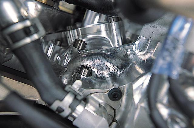 画像: シリンダー背後(クラッチ上方)のクランクケースには、鼓状の膨らみが加工されている。これは、内部にあるプライマリーシャフト上のギア(クランクシャフトによって駆動されるギアと、クラッチと同軸のプライマリードリブンギアを駆動するギア)を避けるためのものだ。バランサーの有無は不明だが、このシャフトにウェイトを取り付け、クランクと等速回転させれば、1次バランサーは成立する。