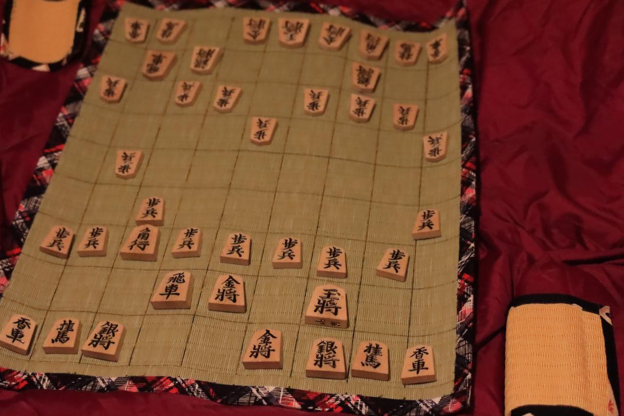 画像: ライバルとのシミュレーション中。手前が西野鉄兵初段、戦形は四間飛車。奥はライバル西野親父1級。引き角からの棒銀を狙う模様。ちなみに父親とのここ2年間の戦績は266戦138勝128敗。少し勝ち越しています。