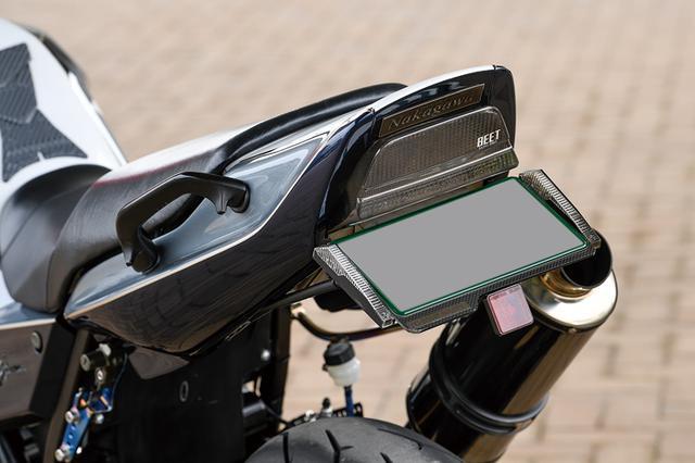 画像: リヤウインカーはアクティブ製で、ナンバープレートホルダー左右にマウントできるもの。外装ペイントも含め、細部まで高質な手が入る。