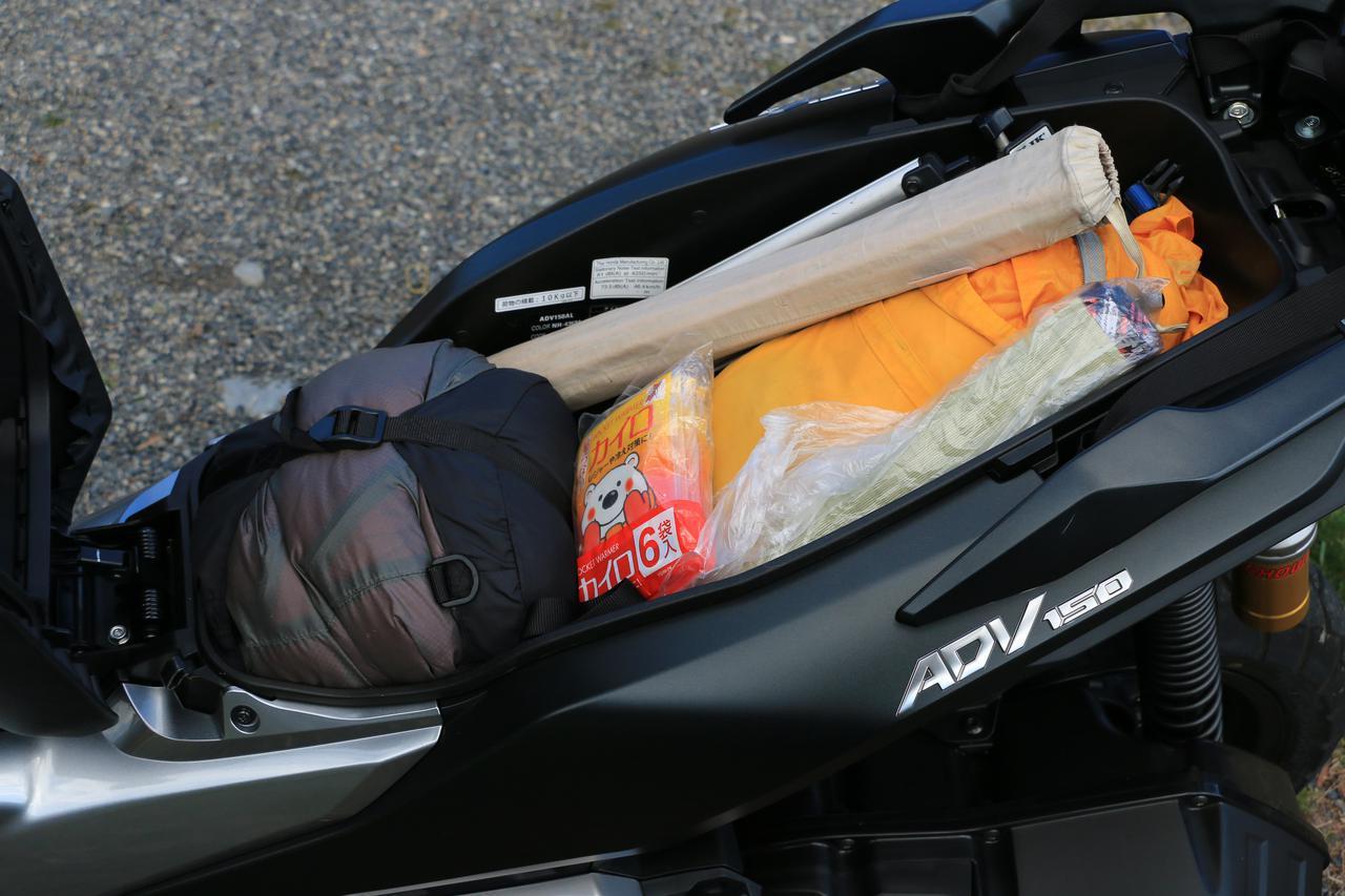 画像: シート下ラゲッジはパカッと開いて出し入れがラクラク。テントのポールなど長物を入れられるのがありがたい!
