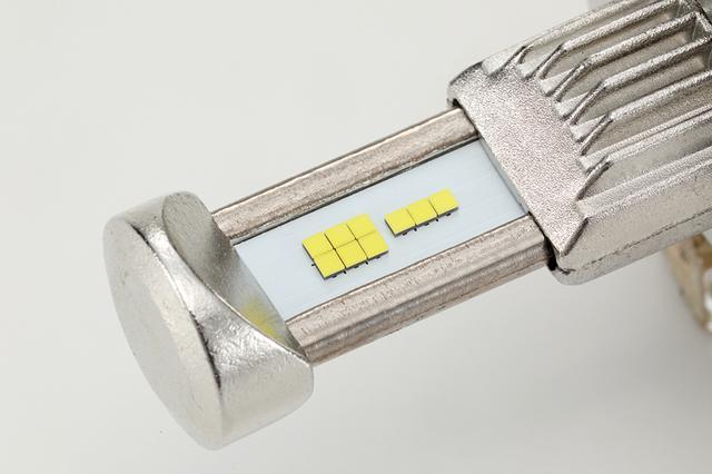 画像: これがREVOの核心となる基盤部。上写真が上面となるLo側。下がHi側となる。両サイドは銅製のヒートパイプ。基盤部の白く見える部分にはヒートセンサーを搭載し、高温時には出力を下げて発熱を制御。LEDチップの寿命低下を抑制するのだ。