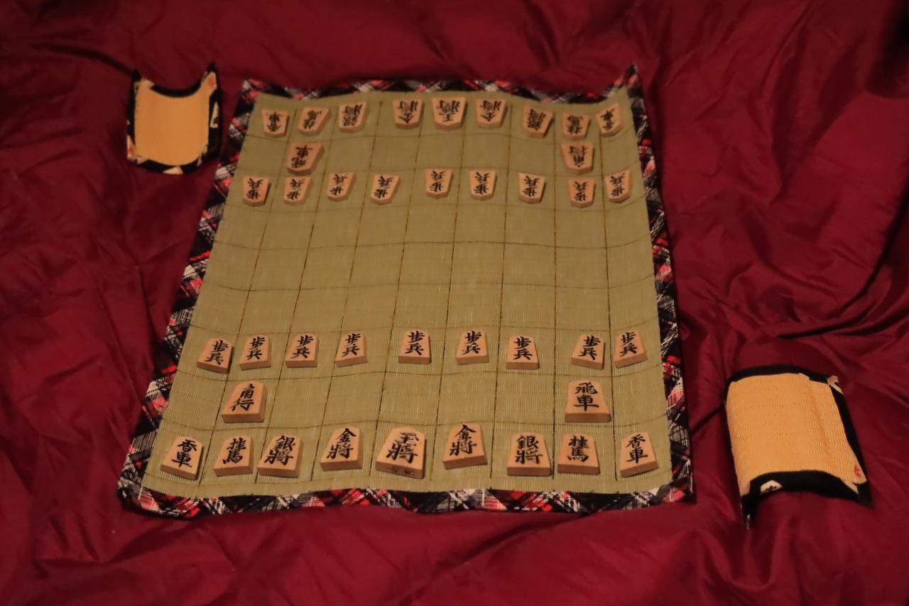 画像: 畳の将棋盤はお手製のもの。線を引いただけですが。