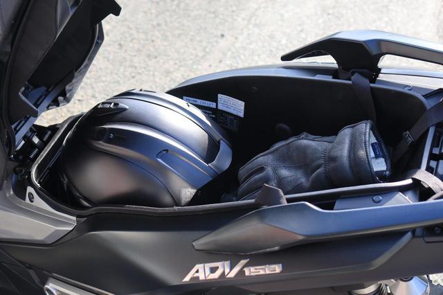 画像: ヘルメットとウインターグローブを入れるとこんな感じ。プラスしてレインスーツも入りますね。ヘルメットはフルフェイスだとモノによっては入らなそう。