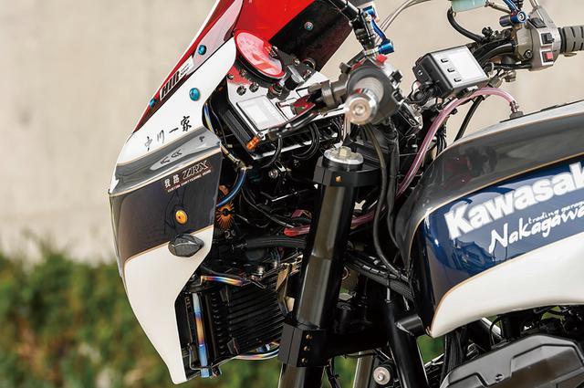 画像: エーテック製耐久仕様(一眼)ビキニカウルを、ステーを介してフレームにマウントしている。燃料タンクはビーター製アルミを装着。
