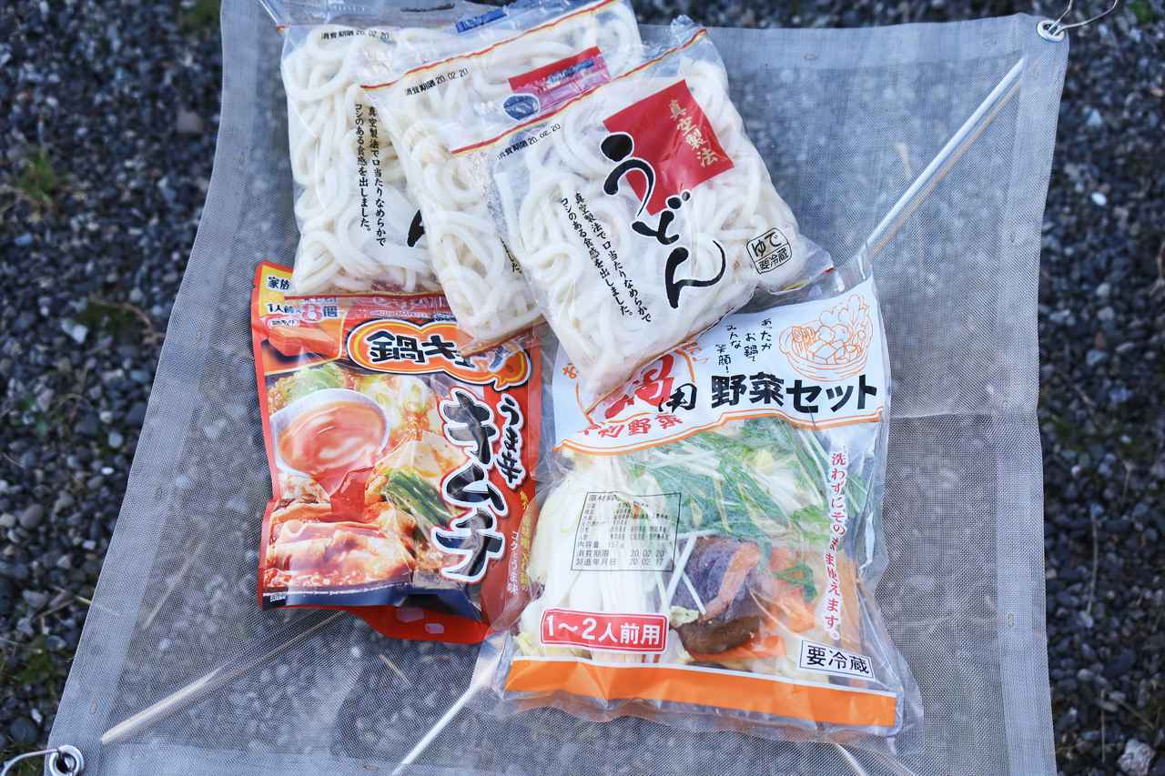 画像: 鍋キューブはやっぱり最高。うどんは3玉で78円とかいうから、つい3袋も。