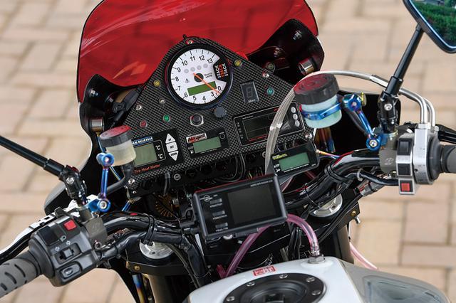 画像: TGN製カーボンメーターパネルの中央にスタックメーターが置か、れ車速やエンジン回転数等をモニター。油温やギヤ段位、タイヤ温度なども追加メーターでモニタリングされる。左右マスターシリンダーはともにゲイルスピードのエラボレート。ハンドルはZRX1100純正をセットする。