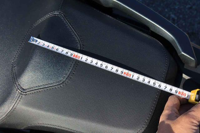 画像: リアシート前後の長さは約26cm。