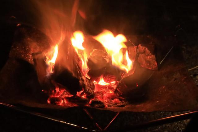 画像: 風が吹いていたので、一度火がついたら薪を投入するだけの楽な焚き火でした。まあこれだけでも充分楽しいのですが……