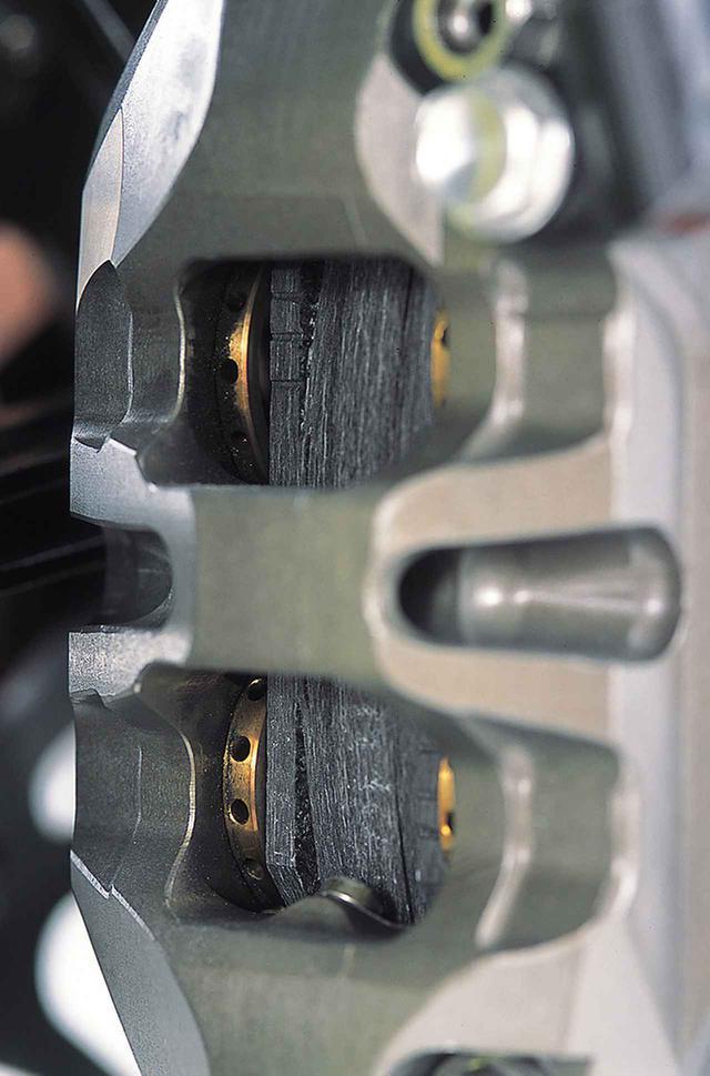 画像: ブレンボ製の最新型モノブロックキャリパーでディスクとパッドはともにカーボン。