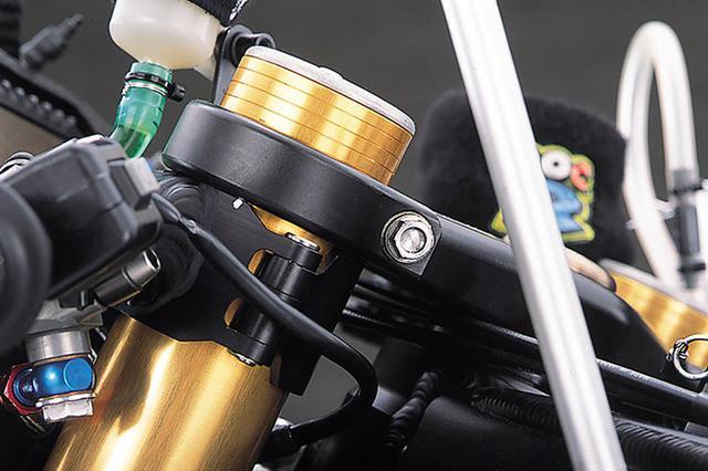 画像: ハンドルもクイックリリースタイプである。ホルダー部分とバーの結合は溶接だが、ホルダーのピボット部の凝った造りに注目されよ。