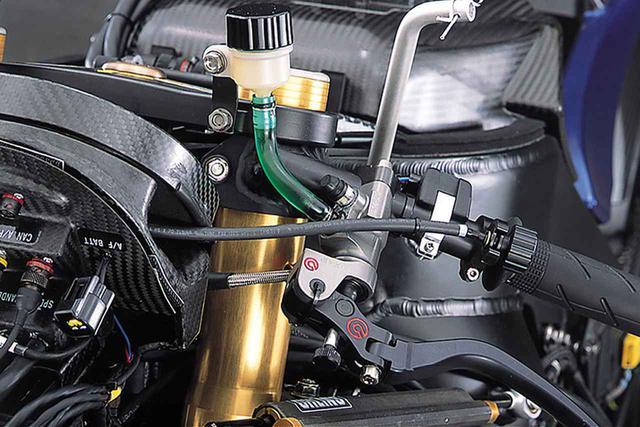 画像: クラッチマスターのリザーバータンクは超小型。ブレーキレバーの位置調整用ダイアルから伸びたワイアは、メーター裏側の電装パーツ用ブラケットを貫通したうえで、ブレーキレバー基部に向かっている。