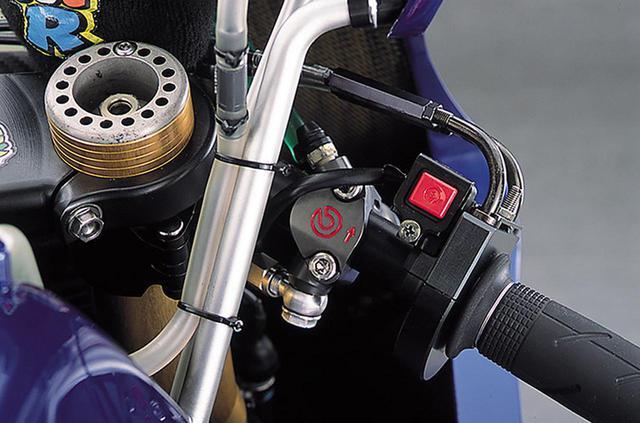 画像: ブレーキマスターもブレンボの削り出し、ワークス専用タイプ。刻印による表示サイズはφ19×18㎜。強制開閉タイプのスロットルハウジングはアルミの削り出しで、スロットルグリップ作動角は、2003年モデルより大きくなり、60度近辺と思える。その脇に、エンジンストップ用と思われるプッシュスイッチが見える。CBR1000RRなどホンダの市販車用と思しきグリップラバーは、ロッシの好みによるものか。