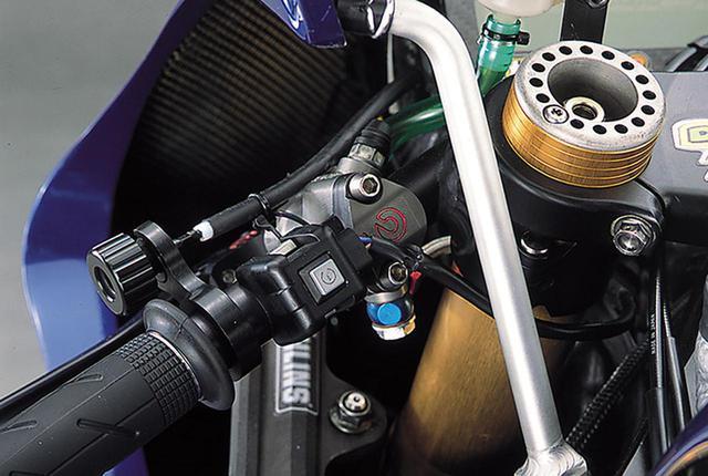 画像: クラッチマスターはブレンボの削り出しタイプ。刻印による表示サイズはφ16×19㎜。左グリップ基部には用途不明のプッシュスイッチがあり、上側にはブレーキレバーの位置調整ダイアルが配置される。