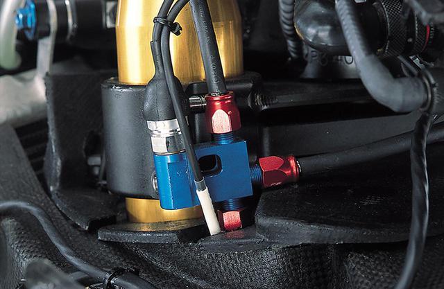 画像: ブレーキホースの途中に左右キャリパーへの分岐部があり、そこに圧力センサーをマウントする。